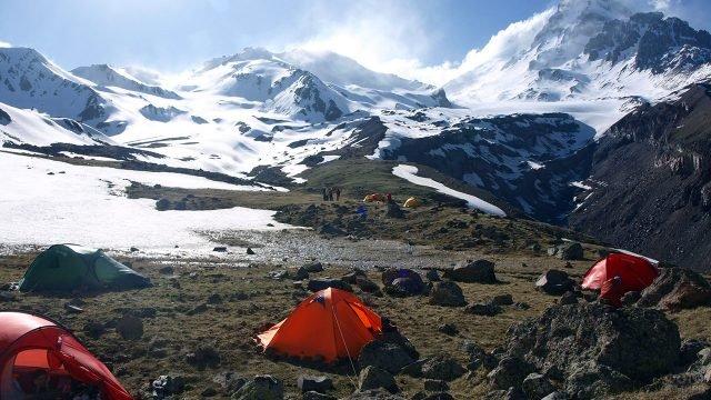Туристы с палатками на вершине Казбека