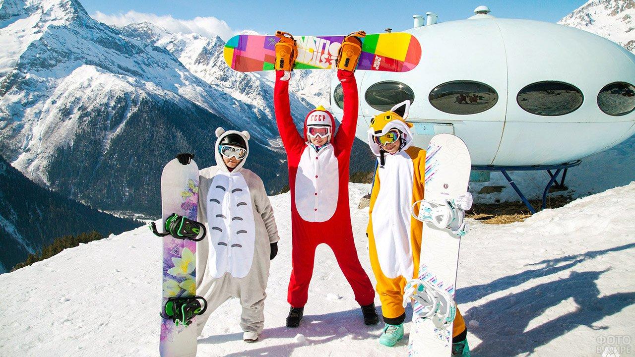 Весёлые сноубордисты в костюмах зверей в Приэльбрусье на майских праздниках