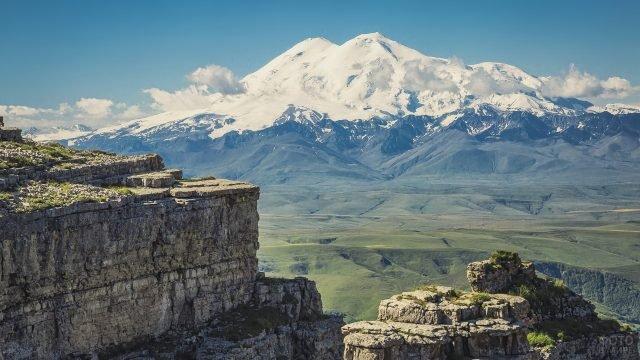 Вид на гору Эльбрус с плато Бермамыт