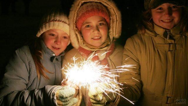 Дети с бенгальскими огнями на вечерней улице