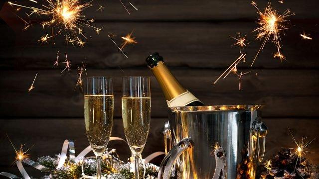 Шампанское в ведёрке, бокалы и бенгальские огни