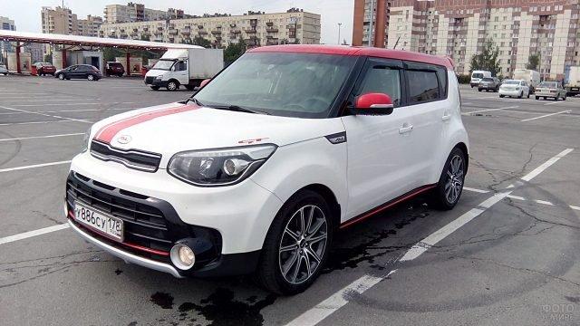 Белый Киа Соул GT на городской парковке
