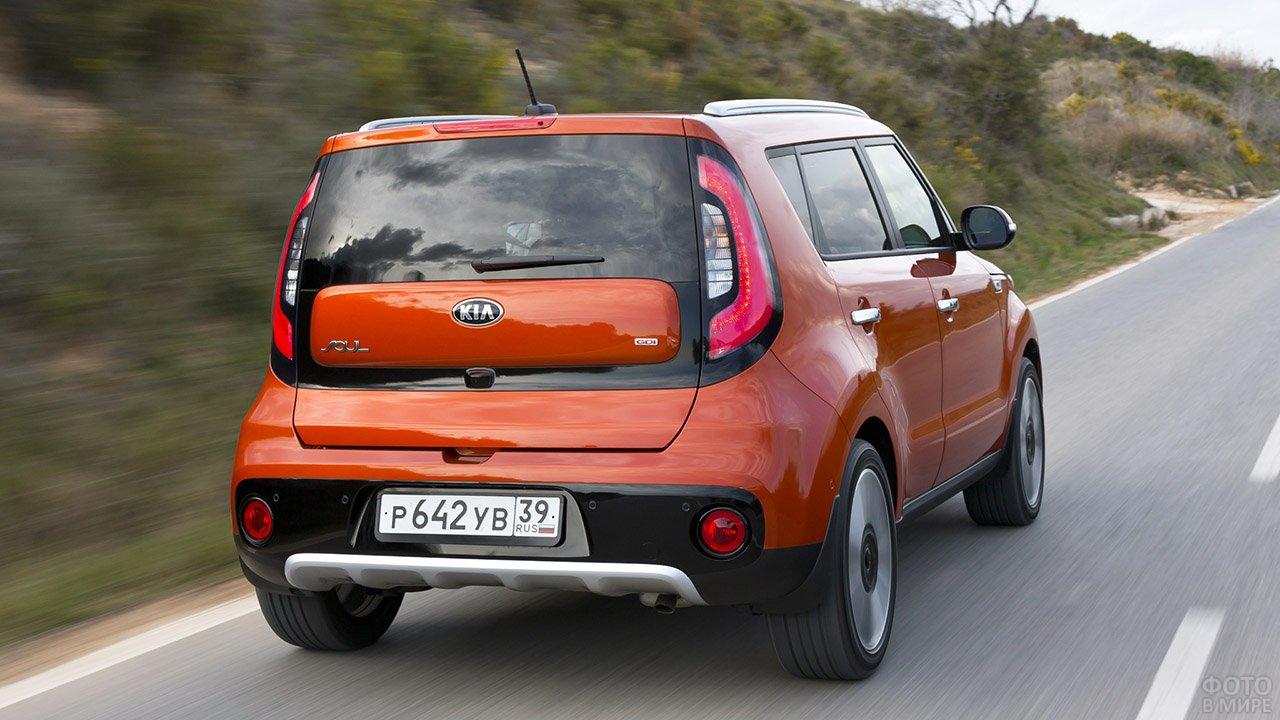 Оранжевый Киа Соул в динамичном ракурсе на загородной трассе