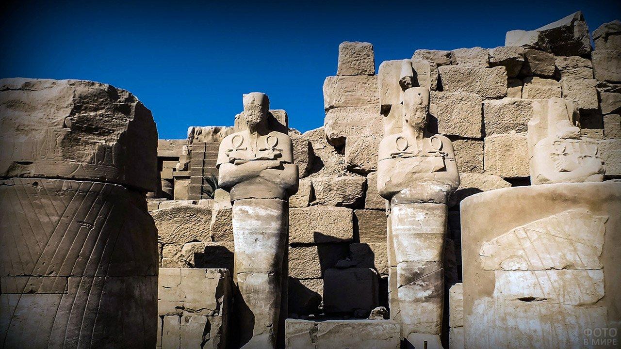 Руины и статуи в Карнакском храме