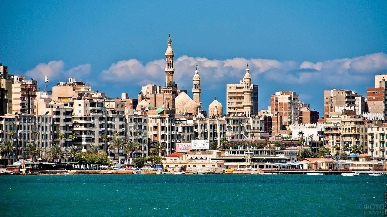 Вид с моря на набережную в Александрии
