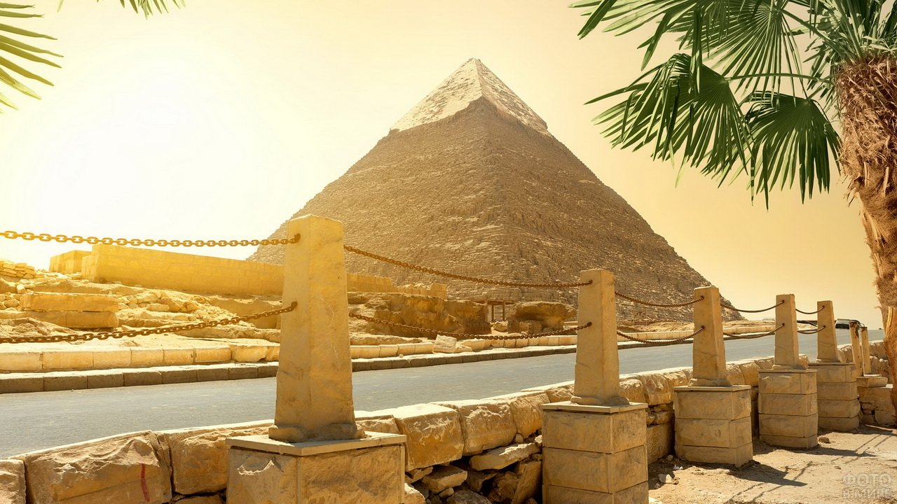 Вид с набережной на египетскую пирамиду