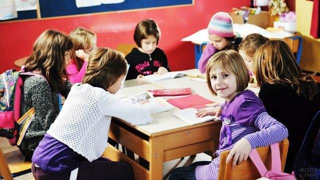 Девочки-школьницы участвуют в викторине на 8 марта