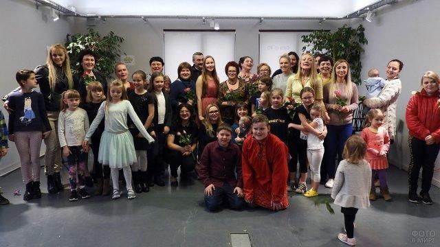 Юные артисты и гости концерта в честь 8 марта в детской студии творчества