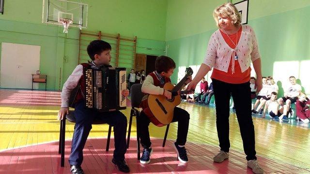 Юные музыканты выступают на школьном концерте в честь 8 марта