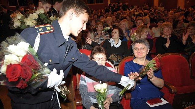 Кадеты вручают цветы зрительницам праздничного концерта в честь 8 марта