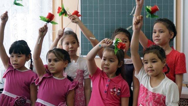 Камчатские школьницы выступают в классе на 8 марта