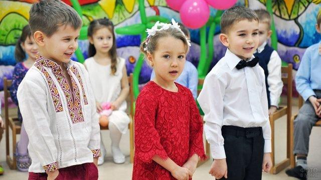 Малыши выступают на утреннике в честь 8 марта