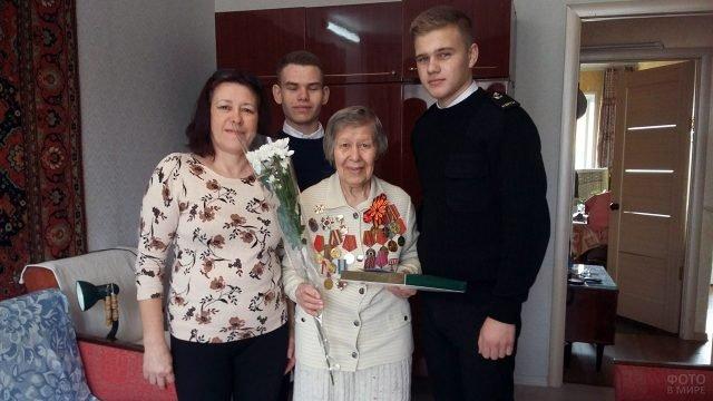 Поздравление с 8 марта ветерана ВОВ в Керчи