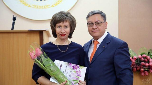 Представитель администрации ВУЗа поздравляет педагога с 8 марта