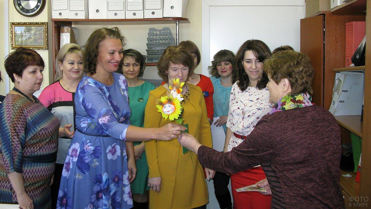Сотрудницы центра соцобеспечения поздравляют подопечных с 8 марта