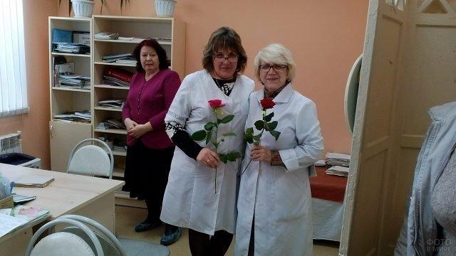Сотрудницы поликлиники с цветами в честь 8 марта