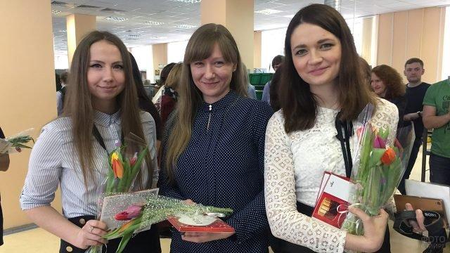 Сотрудницы завода Теплоприбор с цветами в день 8 марта