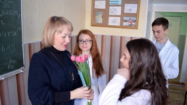 Студенты-медики поздравляют с 8 марта преподавательницу