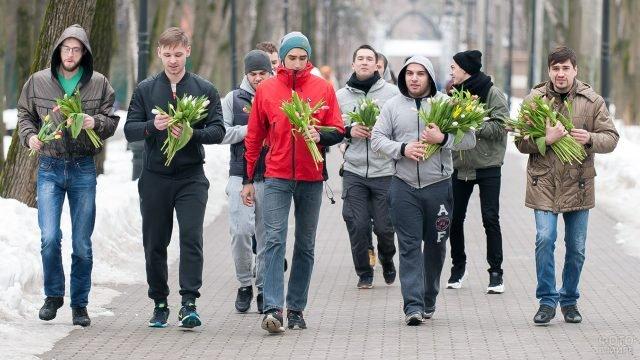 Участники цветочного забега 8 марта в московском парке