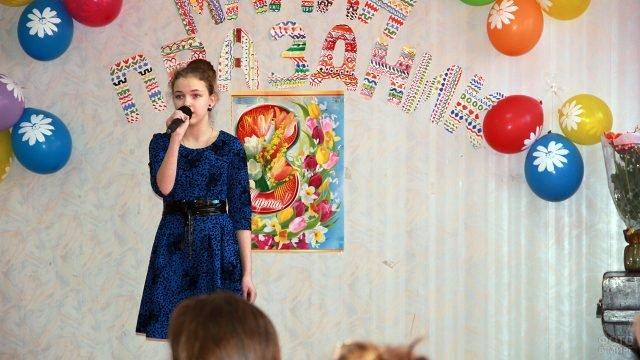 Ученица на сцене школы в международный женский день