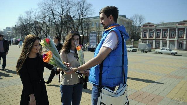 Уличный флешмоб с вручением цветов в день 8 марта