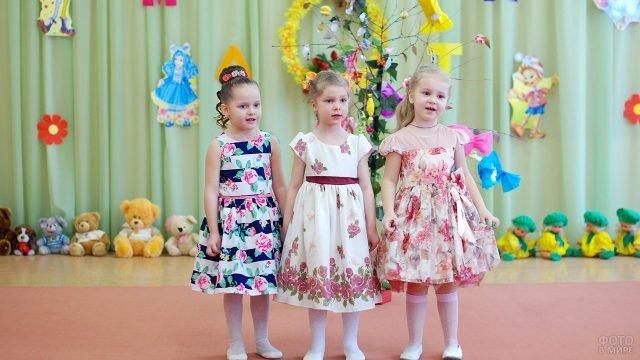 Воспитаницы детского сада поют на утреннике для мам