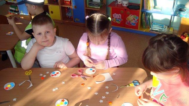 Воспитанники детского сада готовят подарки мамам на 8 марта