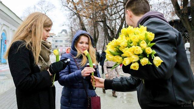 Вручение цветов женщинам-прохожим в женский день в Саду Эрмитаж