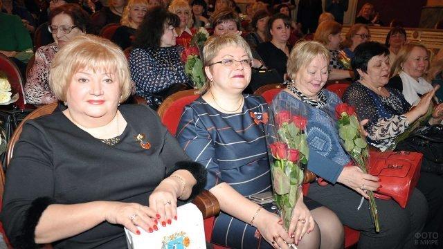 Женщины с цветами и подарками от администрации к 8 марта на праздничном концерте в Самаре