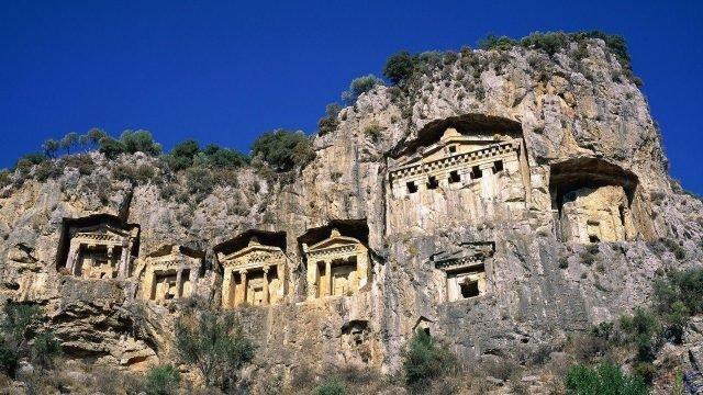 Дальян, древние гробницы в скале