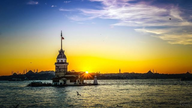 Девичья башня на фоне заката над Босфором