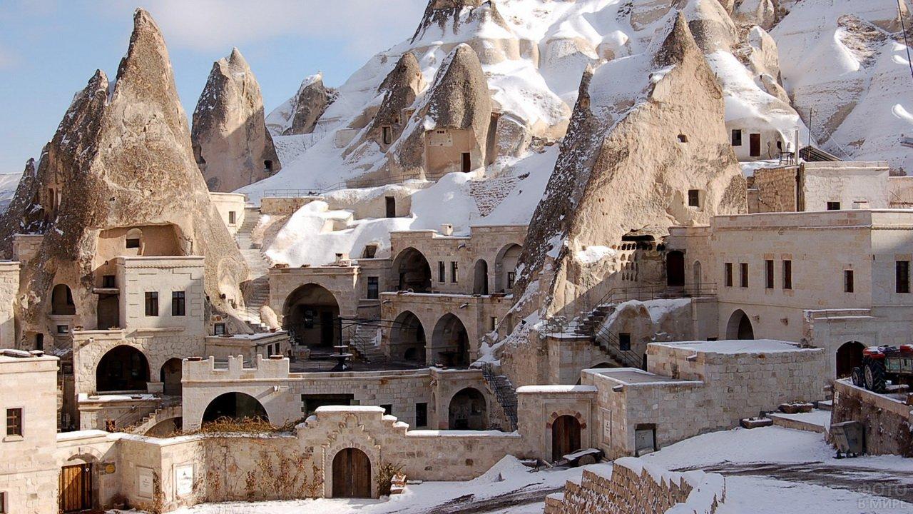 Дома, встроенные в скальник