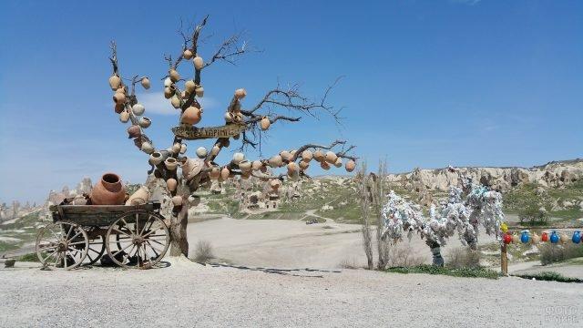 Глиняные горшки и кувшины на дереве в Каппадокии
