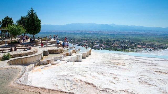 Горный пейзаж термальных источников Памуккале в Турции