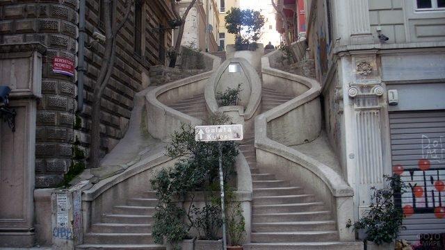 Лестница на древней улице Банкалар в Стамбуле