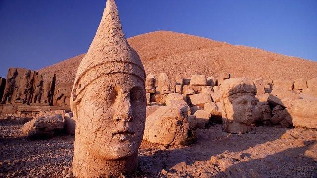 Остатки статуй на горе Немрут-Даг