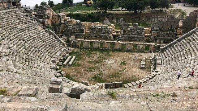 Разрушеный амфитеатр в турции