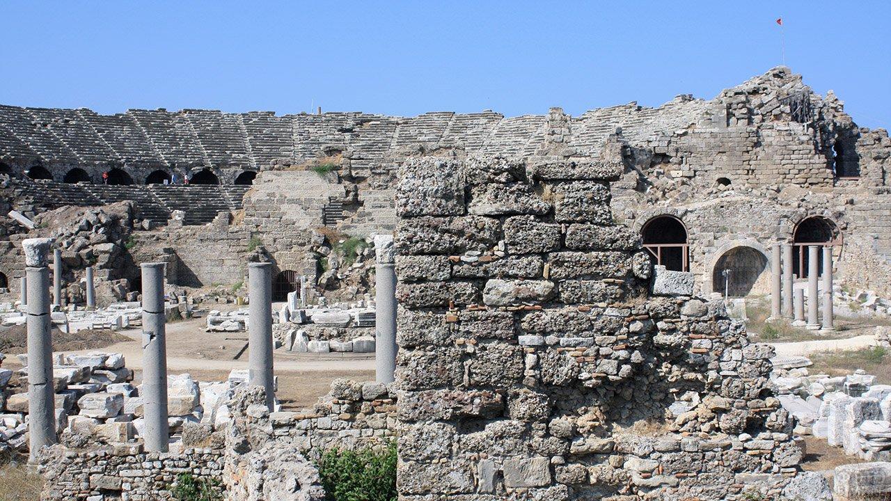 Руины амфитеатра в городе Сидэ