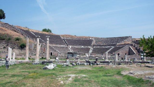 Руины римского театра Асклепион в Турции