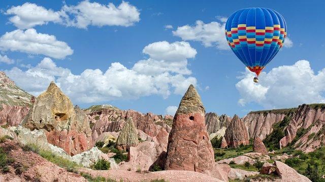 Синий воздушный шар проплывает над Национальным парком Турции