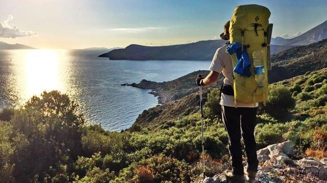 Турист на Карийской тропе полуострова Датча