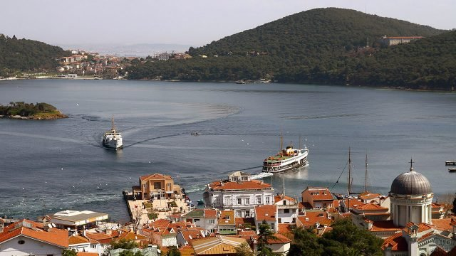 Туристические пароходы у турецкого острова Мармара