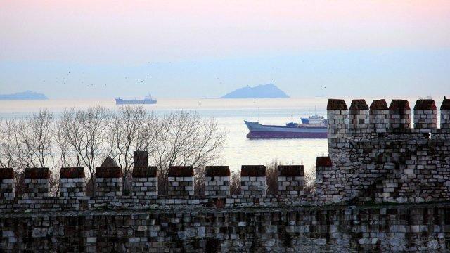 Вид на Босфор с крепости Едикуле на закате