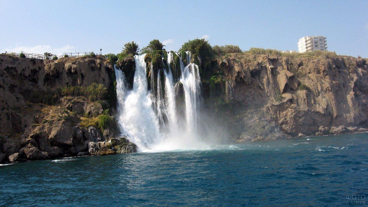 Водопад на высоком берегу Антальи