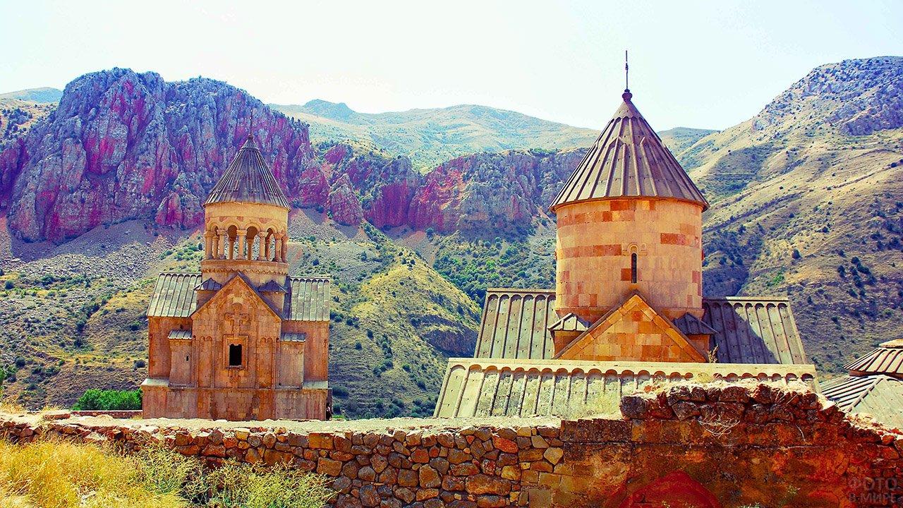 Армянский храм на фоне пёстрых склонов Кавказских гор