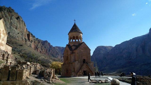 Армянский монастырь Хор Вирап в горах Кавказа