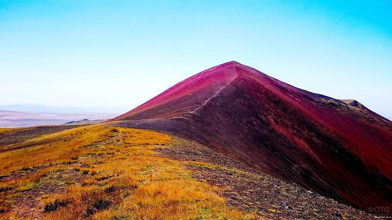 Цветущий хребет Аждаак в Кавказских горах Армении