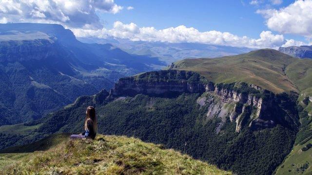 Девочка на фоне панорамы Кавказских гор летом в Кабардино-Балкарии