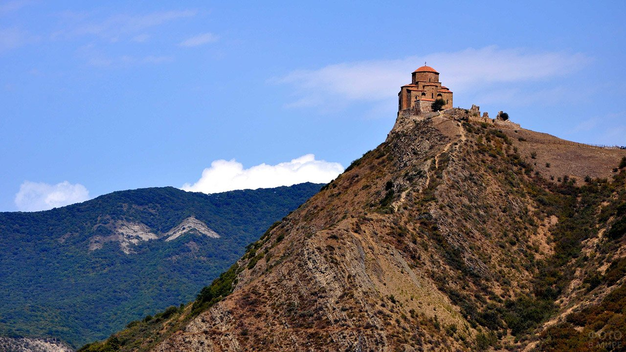 Древний храм в Кавказских горах Грузии