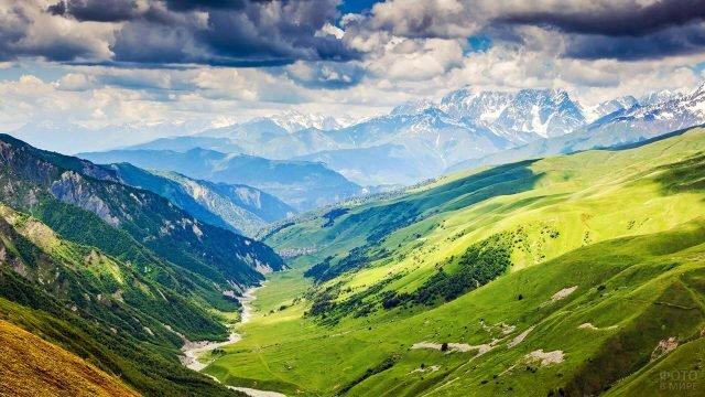 Необъятный горный пейзаж в Грузии
